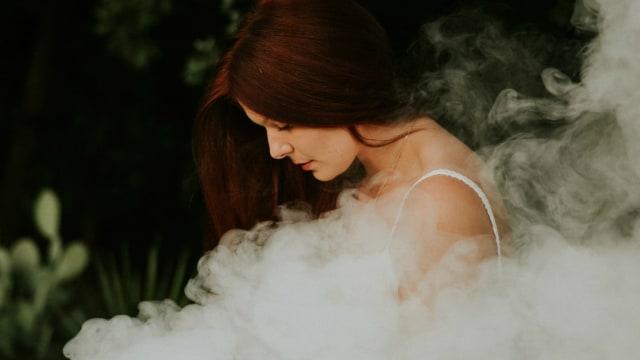 Ilustrasi ibu hamil merokok.