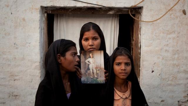 Putri Asia Bibi memegang foto ibunya