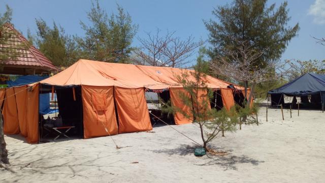 Tenda menginap di Pulau Tinabo