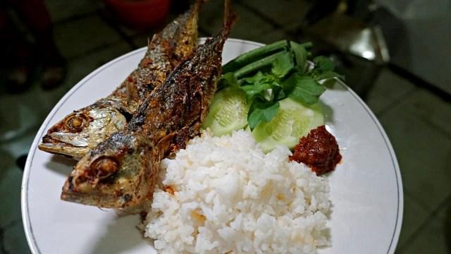 Ikan goreng dengan lalapan dan nasi
