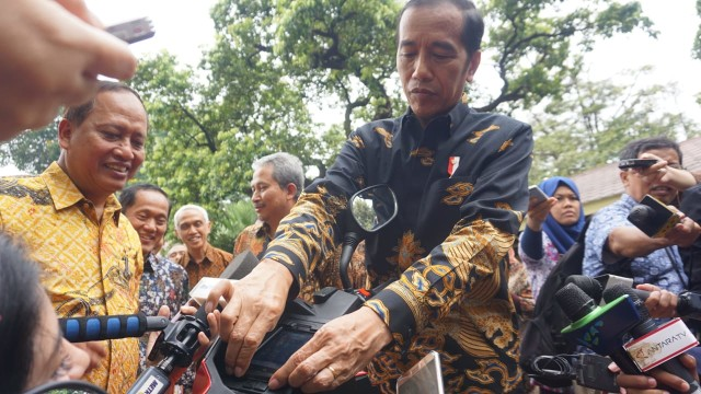 Jokowi Jajal Motor Listrik Gesits di Kompleks Istana Merdeka