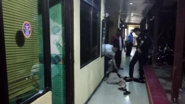 Seorang pria yg menyerang polisi,  polsek penjaringan