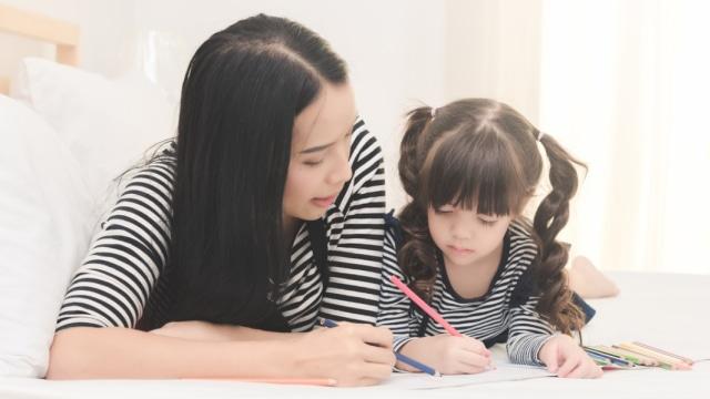 Ilustrasi ibu menemani anak belajar
