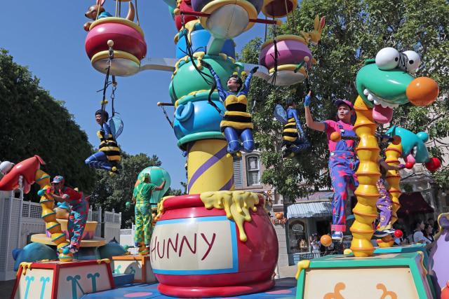 Ceria dan Menari Bersama Karakter Disney di Flights of Fantasy Parade (37860)