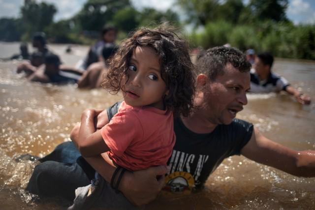 Ratusan Pengungsi Amerika Tengah Tiba di Perbatasan AS-Meksiko (29240)