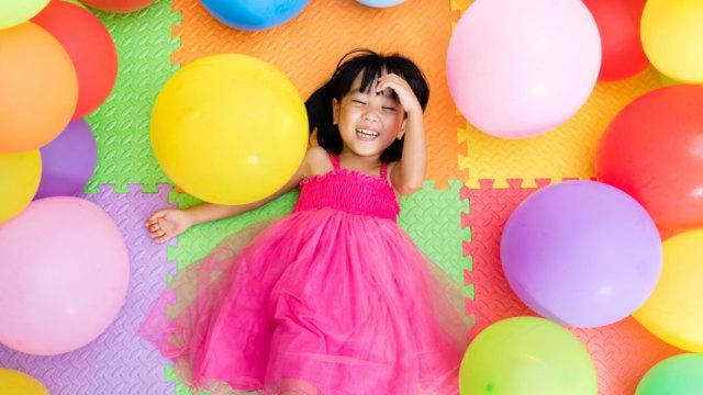 Ilustrasi anak dan balon