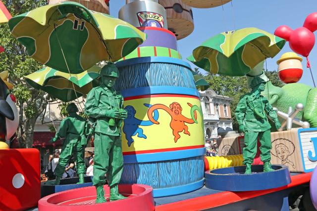 Ceria dan Menari Bersama Karakter Disney di Flights of Fantasy Parade (37862)