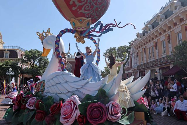 Ceria dan Menari Bersama Karakter Disney di Flights of Fantasy Parade (37864)