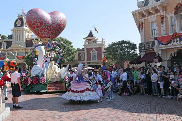 Ceria dan Menari Bersama Karakter Disney di Flights of Fantasy Parade (37865)