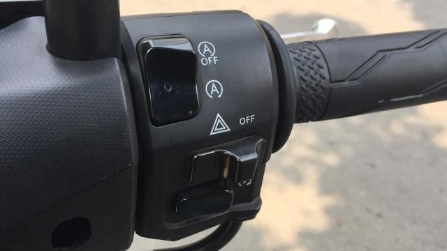 Tombol-tombol pada setang kanan Yamaha Lexi S