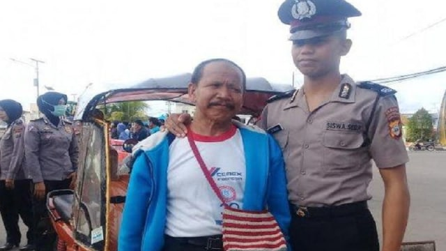 Heboh Polisi Cium Kaki Ayahnya yang Bekerja Sebagai Tukang Becak Motor (284329)
