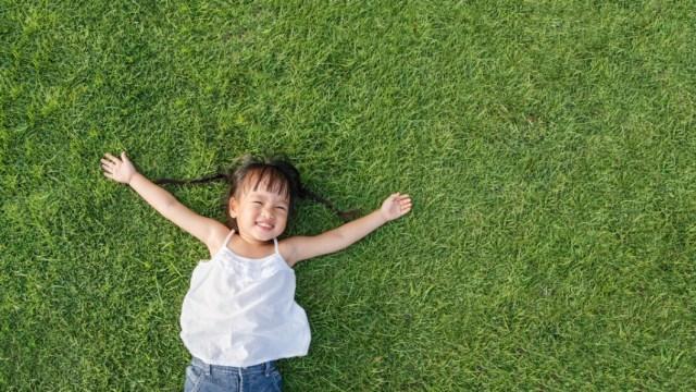 Ilustrasi anak yang tumbuh bahagia