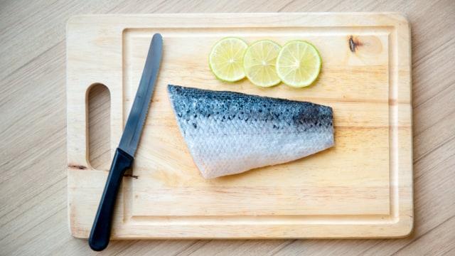 Ilustrasi membersihkan ikan salmon sebelum dimasak