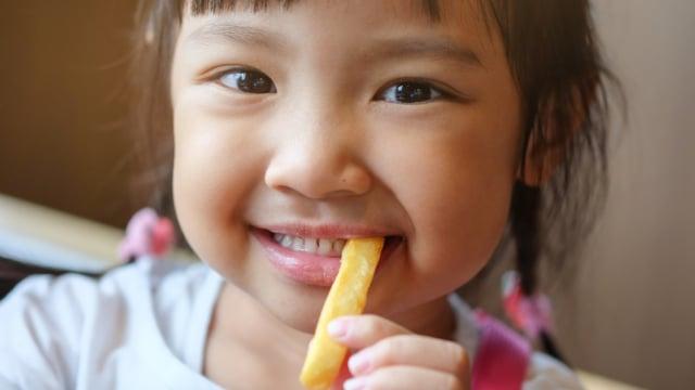 Ilustrasi anak makan kentang goreng