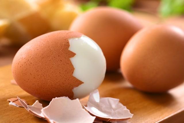 Mengupas telur