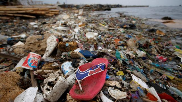 Sampah plastik dan styrofoam di garis pantai di Cilincing di Jakarta, Indonesia