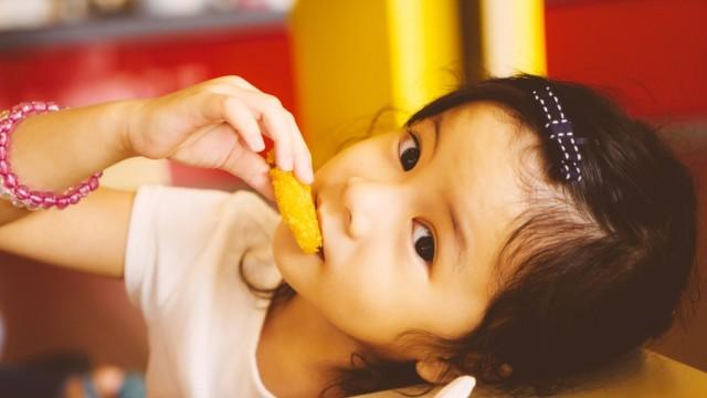 Ilustrasi anak makan nugget