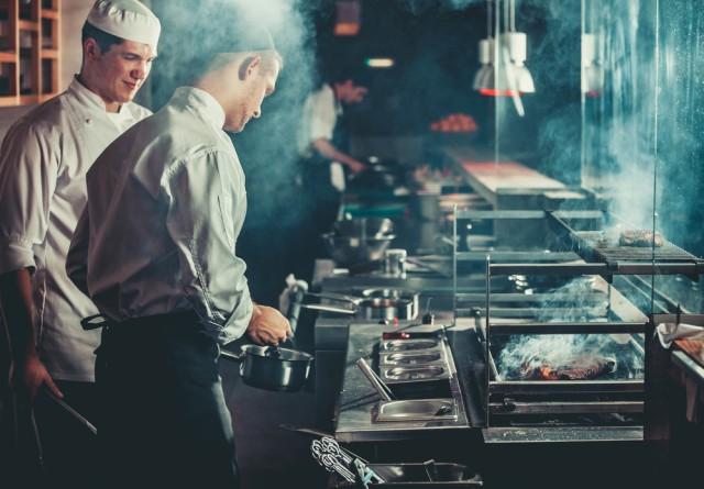 Aksi Kocak dan Berbahaya Tukang Masak Ini Bikin Heboh Warganet (229960)