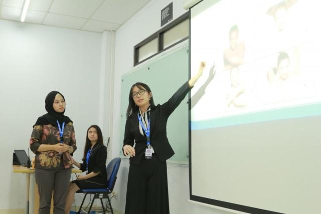 Mahasiswa President University Pukau Para Akademisi Di Konferensi Ilmiah Komunikasi (7081)