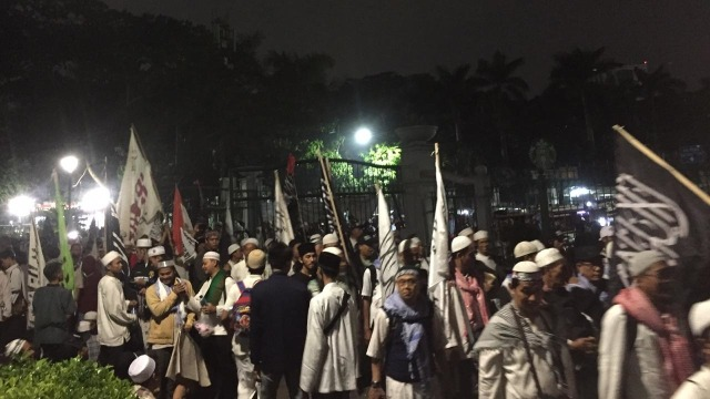 Massa Reuni Akbar 212 Mulai Bergerak untuk Salat Tahajud di Monas (504276)