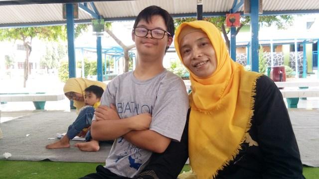 Junika Sugiarsih dan anaknya.