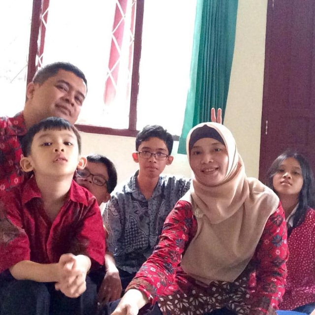Junika Sugiarsih dan keluarganya.