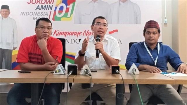 Konferensi pers jubir Tim Kampanye Nasional Jokowi-Ma'ruf Amin, Arya Sinulingga di Posko Cemara