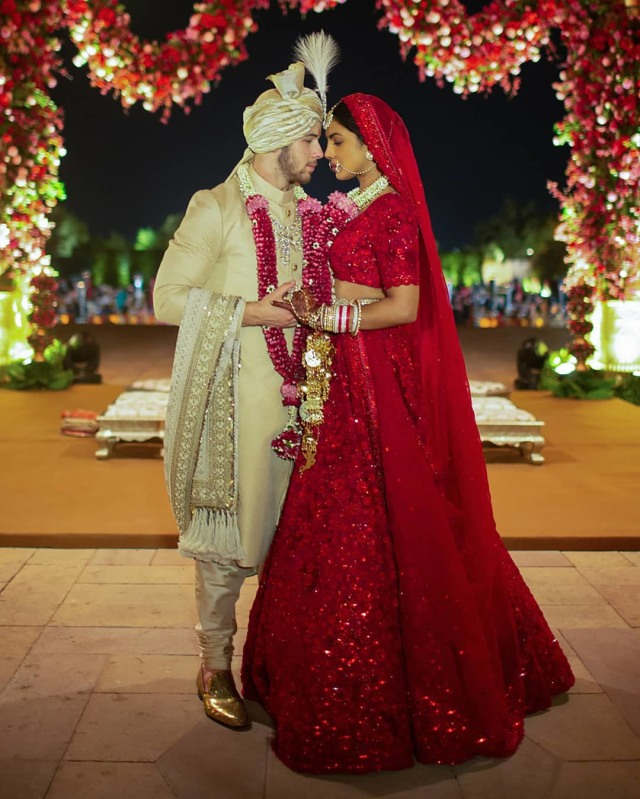 Detail 5 Gaun Pernikahan Priyanka Chopra yang Spektakuler (217433)