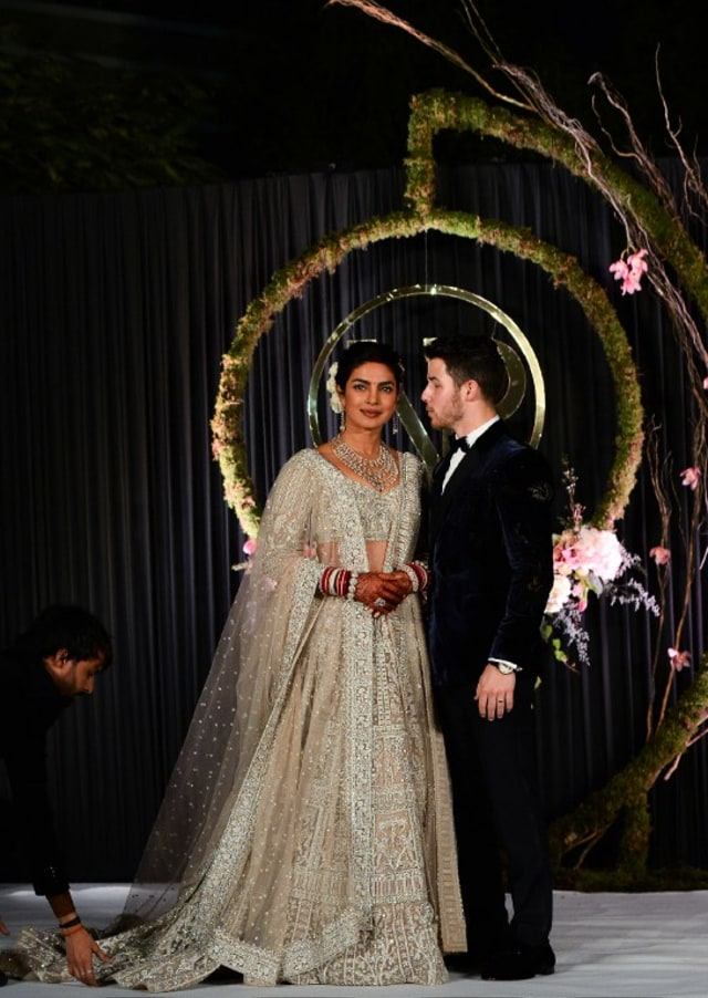 Detail 5 Gaun Pernikahan Priyanka Chopra yang Spektakuler (217434)