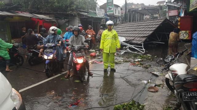 Puting Beliung di Kota Bogor, 4 Kendaraan Rusak Tertimpa Pohon (66429)