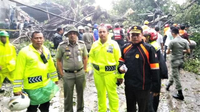 Sejumlah anggota polisi Polresta Kota Bogor, Puting Beliung