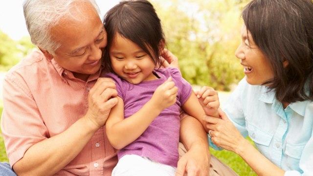 Ilustrasi anak bersama kakek dan nenek