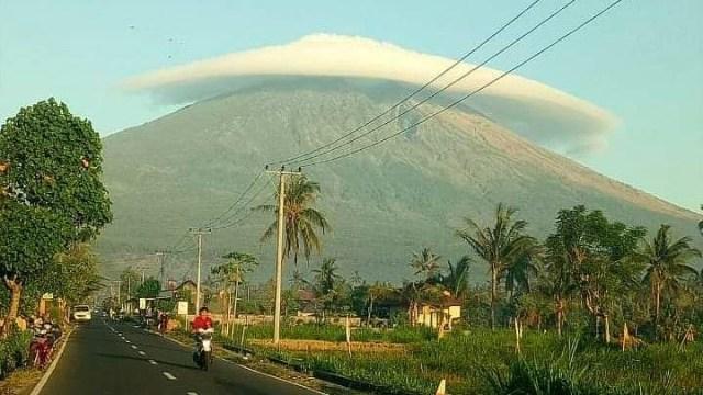 Gunung Semeru 'Bertopi', Begini Penjelasannya (325)