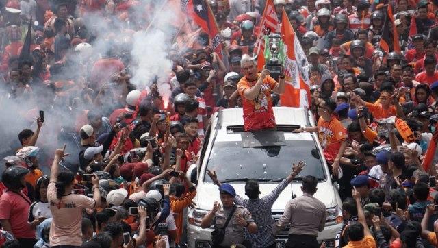 Ketua The Jakmania Ferry Indrasjarief ikut konvoy bersama suporter The Jakmania di Jakarta
