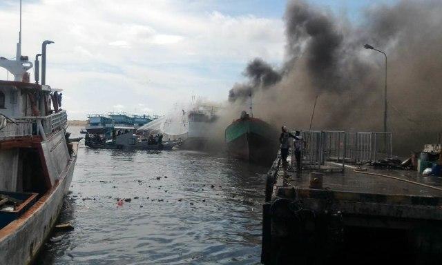 2 Kapal Penangkap Ikan di Pelabuhan Benoa Terbakar (806521)