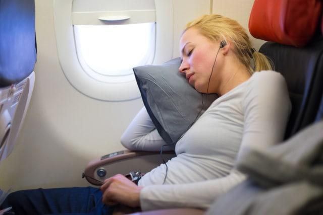 5 Cara Mengatasi Telinga Berdengung Saat Naik Pesawat (2431)
