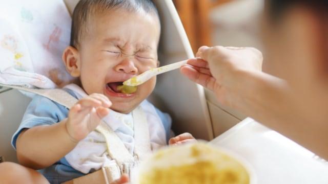 Ilustrasi bayi menangis saat makan