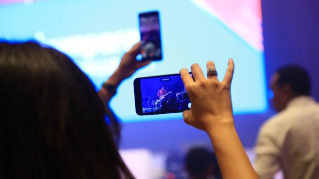 Ilustrasi penggunaan smartphone, handphone, telepon genggam, HP