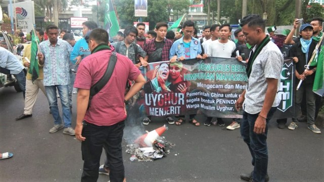 Massa HMI demo, depan Kedubes China, kecam penindasan muslim Uighur