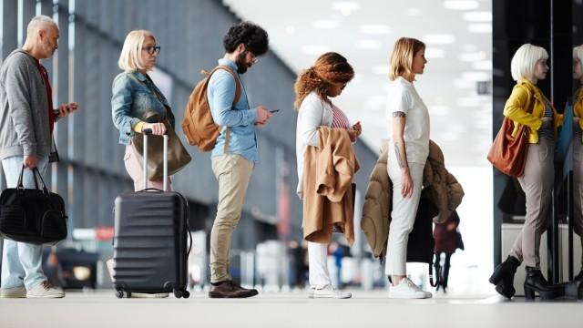 Ilustrasi mengantre di loket check in bandara
