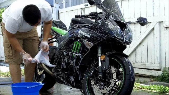 Ini Kesalahan Mencuci Motor yang Bikin Air Merembes ke Tangki Bensin (83683)