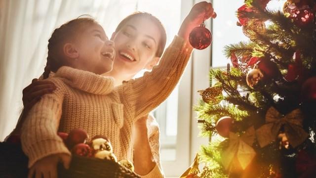 Foto Illustrasi, Shutter Stock, Natal, Bayi ke Gereja, Anak Berdoa, Keluarga Menonton