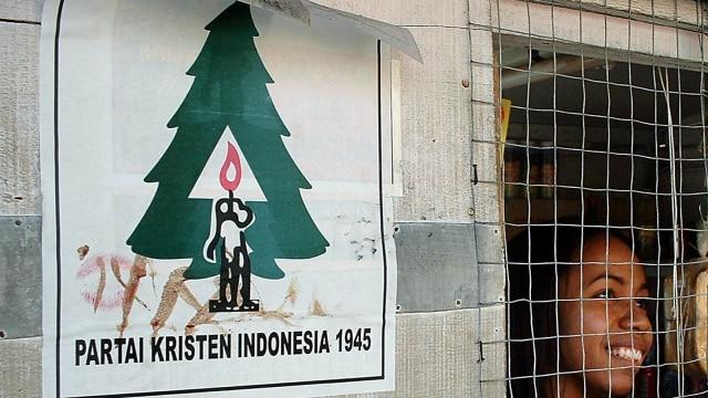 LIPSUS PARTAI KRISTEN, Poster Partai Kristen Indonesia tertempel, dinding rumah di Ambon, Maluku (9/11/2003).
