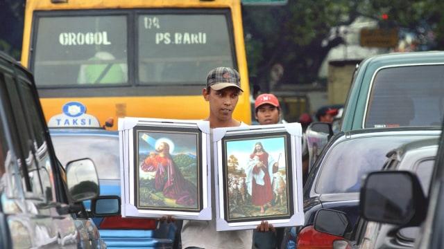 LIPSUS PARTAI KRISTEN, Seorang pria menjual gambar Yesus Kristus di Jakarta, Suasana kampanye, Jakarta ,11 Maret 2004