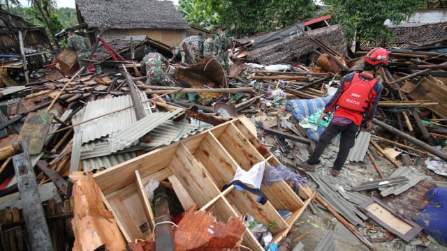 Personel TNI bersama relawan mencari korban tsunami dari balik reruntuhan rumah di Sumur Pesisir, Pandeglang, Banten