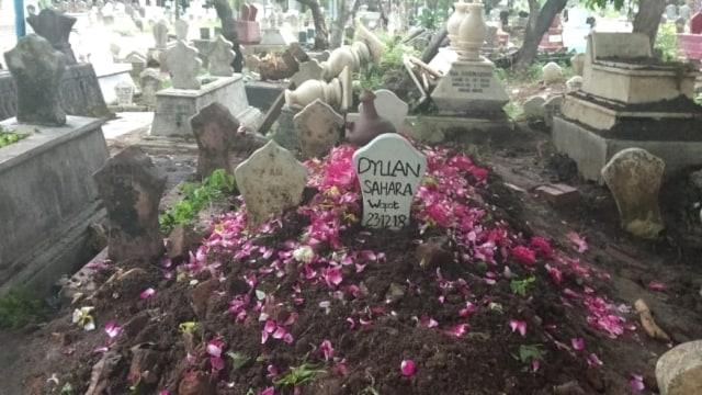 Ayah Dyla Sahra, mengantar jenazah ke pemakaman
