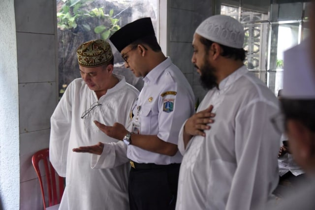 Gubernur DKI Jakarta, Anies Baswedan, berbincang dengan keluarga almarhum Ali Shahab di rumah duka.
