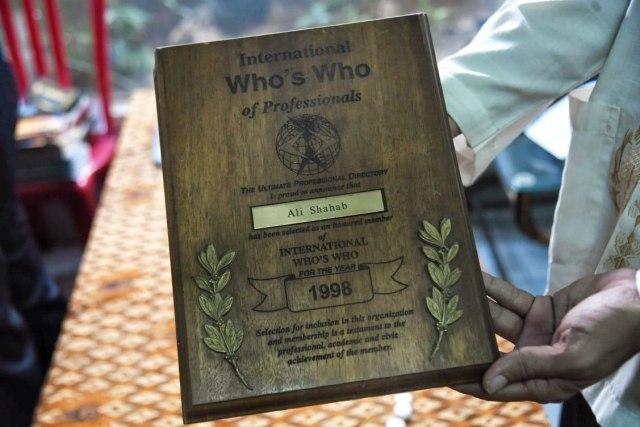 Salah satu penghargaan International Who's Who of Professionals milik almarhum Ali Shahab