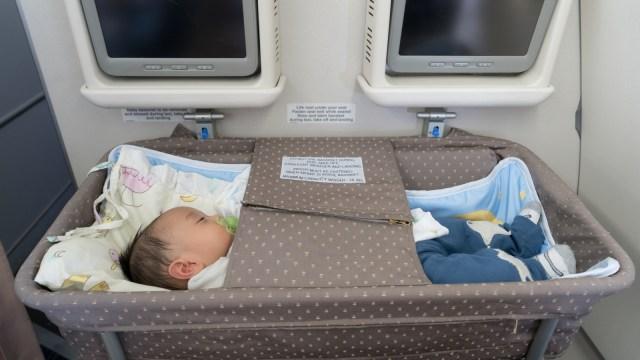 Bassinet bayi di dalam pesawat