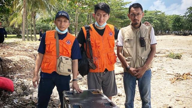 Ifan Seventeen bersama dua penyelamat saat tsunami Selat Sunda